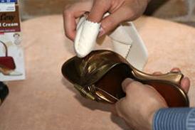 メタリック加工皮革の靴・パンプス・サンダルのお手入れ方法